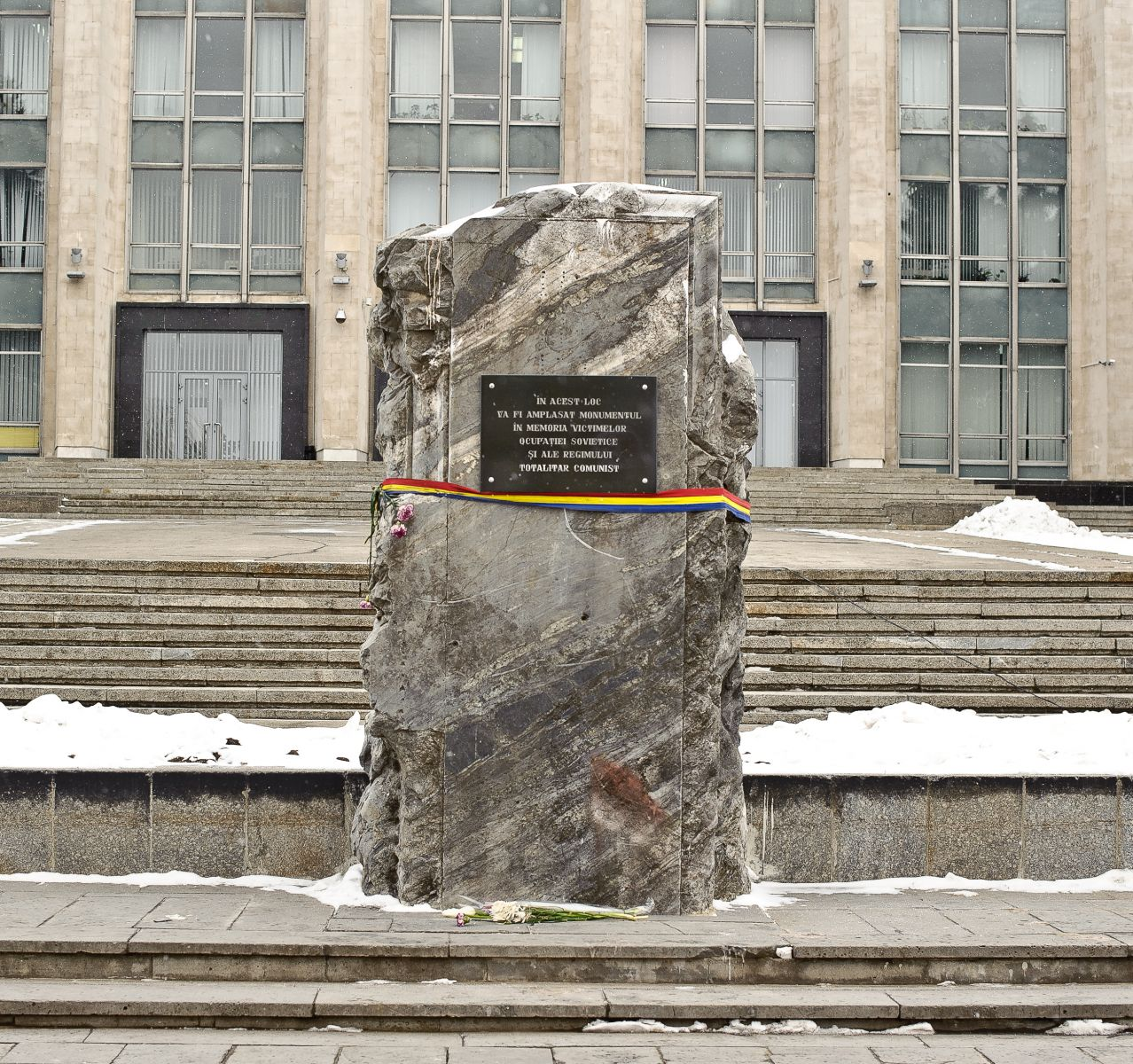 Formuzal împotriva pietrei comemorative din PMAN