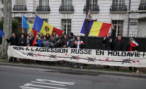 Protest în faţa Ambasadei Rusiei din Paris