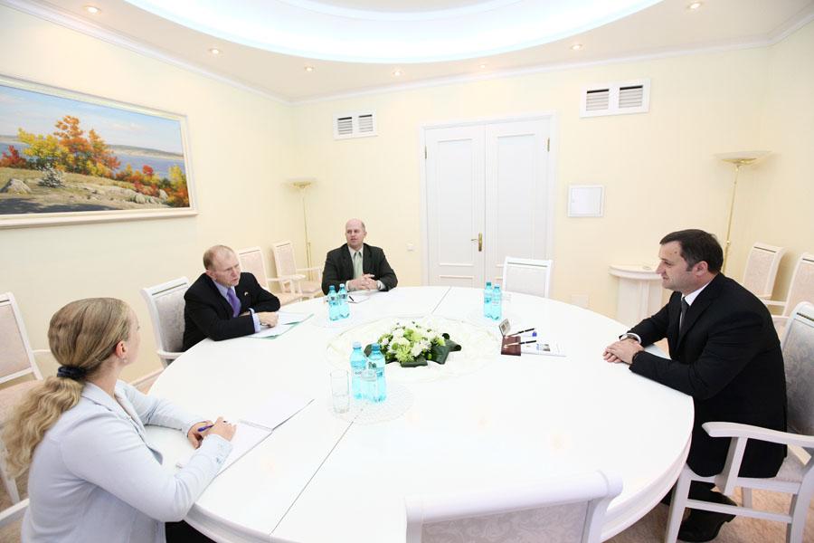 Vlad Filat s-a întâlnit cu Dirk Schuebel și William H. Moser