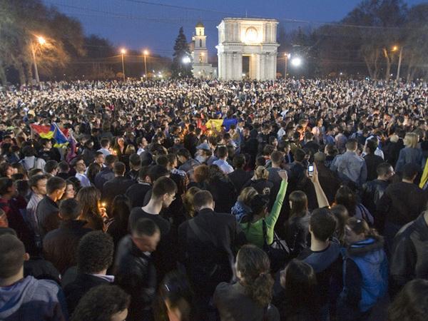 """6 aprilie 2009: ,,Astăzi, la ora 6, ne vedem cu o lumânare la statuia lui Stefan cel Mare"""""""