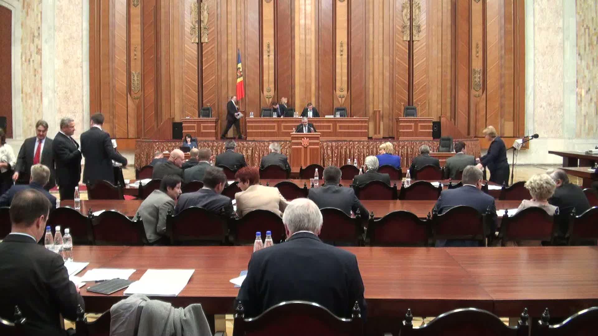 Parlamentarii vor dezbate moţiunea de cenzură