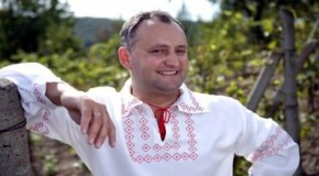 """De ce ţi-e frică, nu scapi: Socialiştii au depus flori la Monumentul lui Ștefan cel Mare pe piesa """"Noi suntem români"""""""