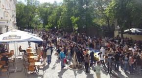 Cărți donate de cetățenii României, distribuite pe strada pietonală din Chișinău