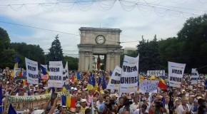 """Marea Adunare Naţională – Zeci de mii de oameni scandează """"Unire!"""" şi """"Jos hotarul de la Prut!"""""""