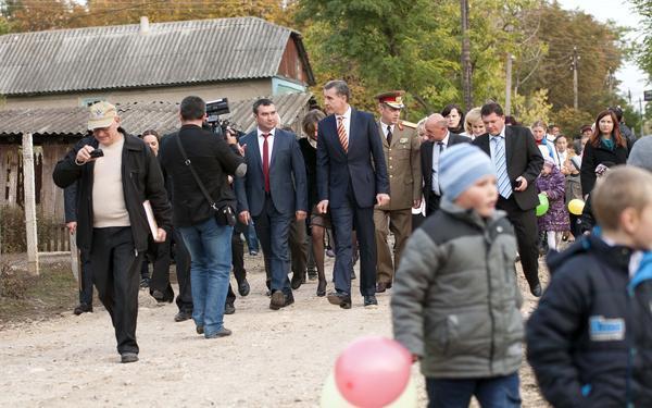 Principele Radu in satul Regina Maria din Basarabia