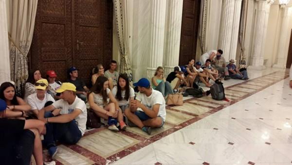 Tinerii din Chișinău la Palatul Cotroceni, 12 iulie 2015. Președintele Iohannis era plecat. Foto: Nicolae Petrov