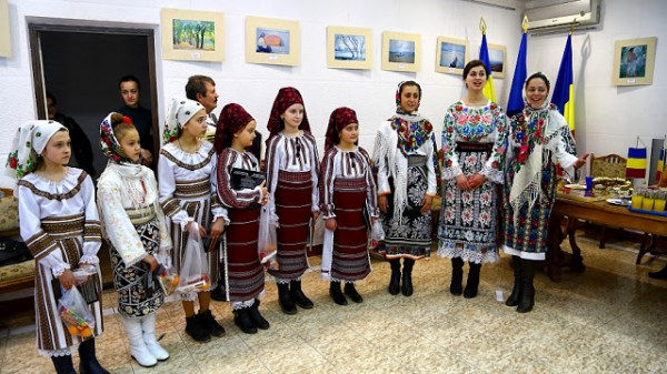 colindatori-la-consulatul-romaniei-din-cernauti1