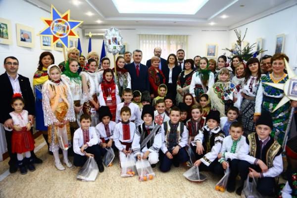 colindatori-la-consulatul-romaniei-din-cernauti3