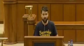 (Poza zilei) Ținuta unionistă a unui deputat în plenul Parlamentului de la București