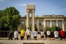 Moment tulburător la Căușeni: Tinerii au îngenuncheat în memoria victimelor ocupației sovietice din Basarabia, nordul Bucovinei și Herța