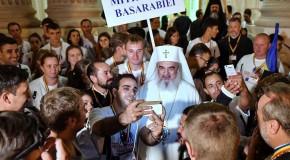 (POZA ZILEI) Patriarhul Daniel, în mijlocul tinerilor din Mitropolia Basarabiei