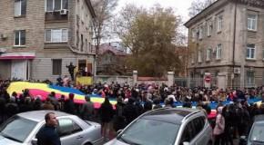 """Protest de amploare în fața sediului CEC. Oamenii strigă """"Demisia"""", """"Unire"""" și """"Refuz, rezist, sunt antisocialist"""""""