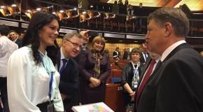 Deputați ai Rep. Moldova i-au dăruit lui Klaus Iohannis la Strasbourg harta României Mari