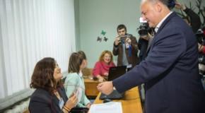 """Dodon, pus la respect în secţia de vot: """"Nu avem buletine în limba moldovenească, doar în română"""""""