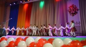 (FOTO, VIDEO) Ansambluri populare din Țară, Republica Moldova și nordul Bucovinei, reunite la Cernăuți