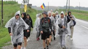 (VIDEO) Acolo este țara mea! Cum reușesc să meargă pe jos, în ploaie torențială, participanții la Marșul Centenar