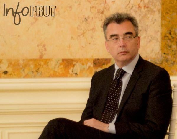 Sală de conferinţe. Expertul în economie Petrişor Peiu stă pe un scaun picior peste picior.