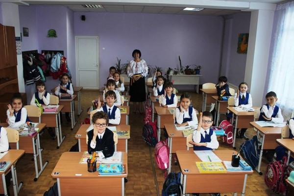 elevi-banci noi-liceul-romanesc-comrat